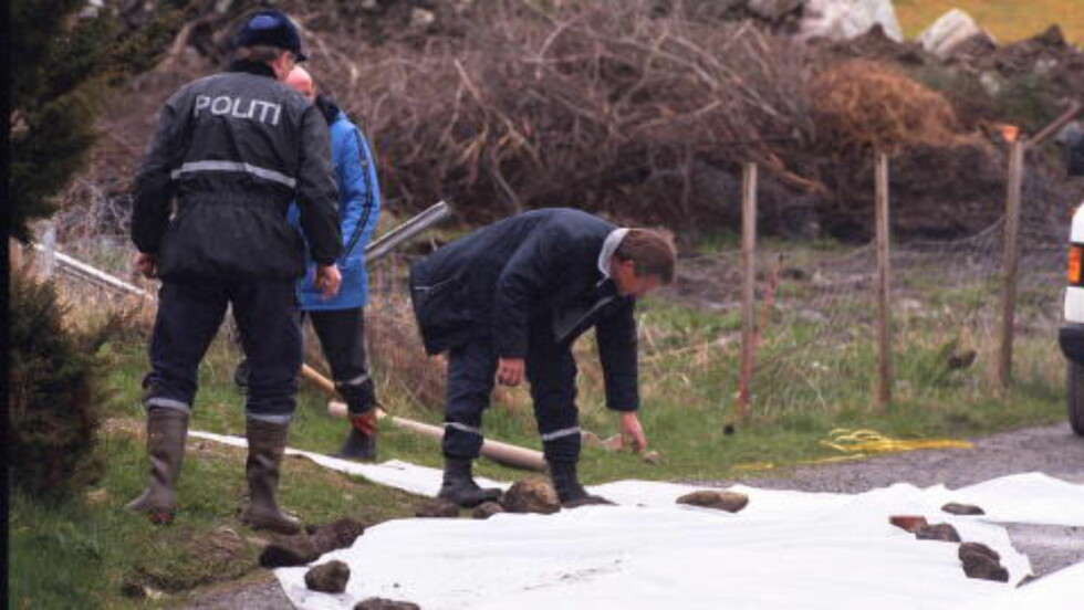 LOKAL STEIN: Politiet brukte stein fra åstedet til å holde på plass presenningen som ble lagt ut for å beskytte spor. Kripos var i ettertid lite fornøyde med at man hadde flyttet på steiner i terrenget. Foto: Dagbladet