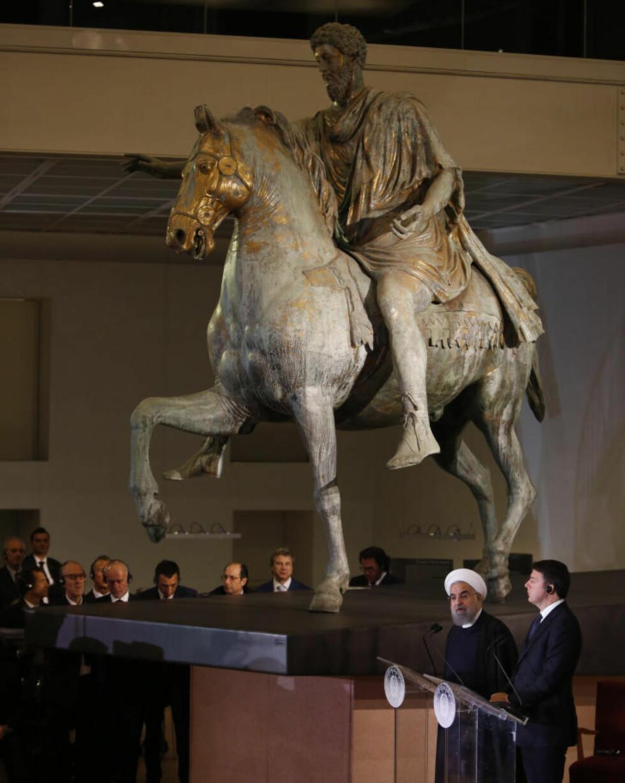 FIKK STÅ: Irans president Hassan Rouhani, og italias statsminister Matteo Renzi holdt pressekonferanse under en statue av Marcus Aurelius i går. Foto: Riccardo De Luca UPDATE / Pacific Press