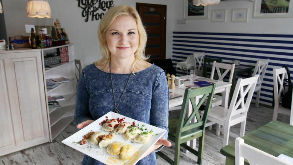 SERVERT: Dorota Rozycka lærte å lage piroger av bestemor, men i dag er det hennes egen oppskrift som gjelder på spisestedet Nova Pierogova i Gdansk. Her med et fat Piergoi ruski med bacon på toppen, en variant med curry, en meksikansk og en med kjøttdeig. Foto: RUNAR LARSEN