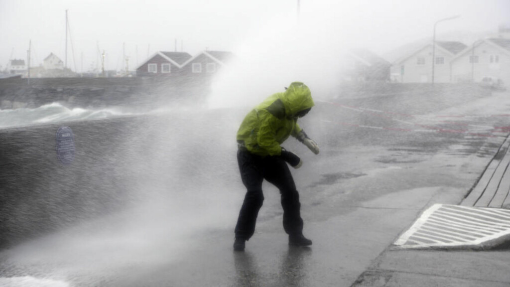 """UVÆR: Her er det ekstremværet """"Ole"""" som treffer Bodø i tidligere i år. Hvis helgens vær blir så ille som mererologene frykter må vi tilbake til Dagmar i 2011 for å finne et kraftigere ekstremvær. Foto: Marius Helge Larsen / NTB scanpix"""