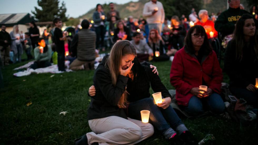 NI DREPT: Pårørende sørger etter at 26 år gamle Chris Harper Mercer åpnet ild på Umpqua Community College i Oregon for noen uker siden og drepte ni personer. Så tok han sitt eget liv. Foto: Marcus Yam / Los Angeles Times / NTB scanpix