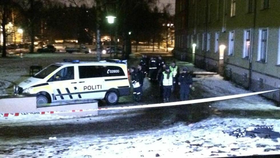 JAKTER GJERNINGSMANN: Politiet ved åstedet der en mann ble skutt ved 18-tiden i kveld. Foto: Jesper Nordahl Finsveen