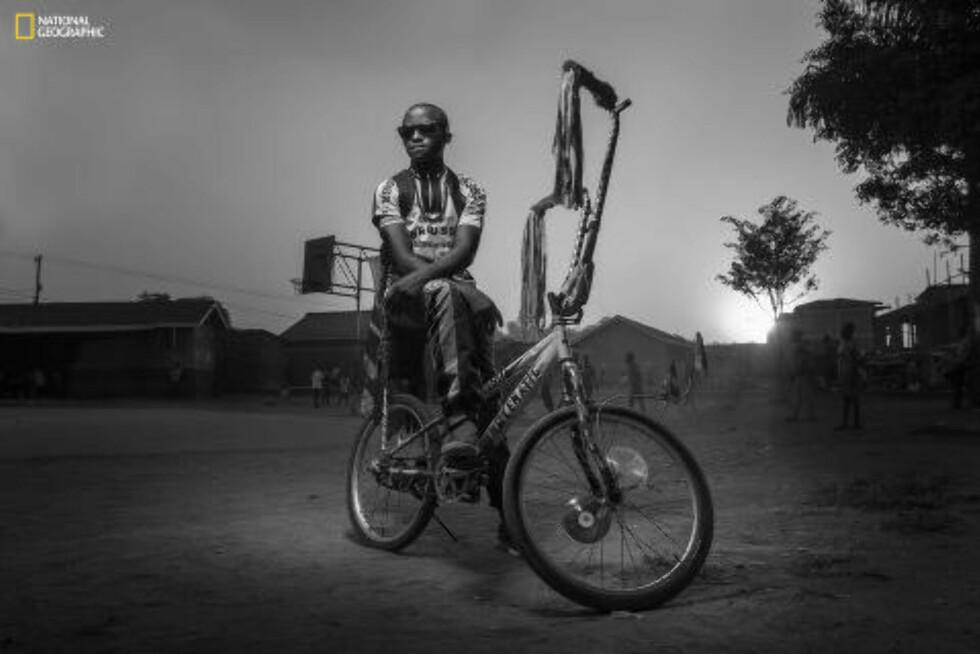 «AT THE PLAYGROUND» Vinnerbildet i kategorien «mennesker», er tatt av Joel Nsadha fra Binghamton, New York, og er av en ung mann på sykkel i slummen i Uganda. Foto: JOEL NSADHA / NATIONAL GEOGRAPHIC 2015 PHOTO CONTEST