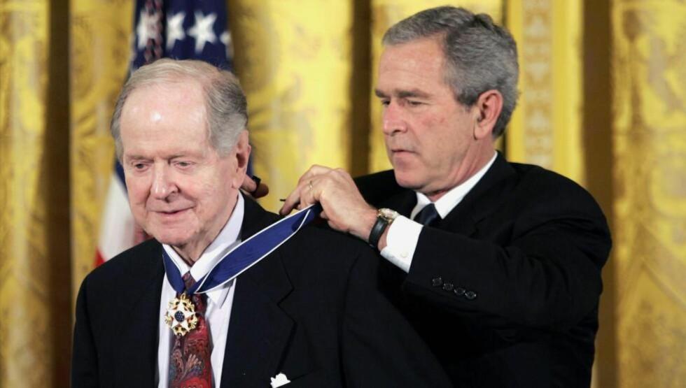 HADDE RETT: Med åpningen av sovjetiske arkiver fra 1990-tallet har Robert Conquest i det store og hele vist seg å ha rett i vurderingen av Stalins paranoide forfølgelser. Her er historikeren sammen med daværende president George W. Bush som overrakte ham «Presidential Medal of Freedom». Conquest døde 3. august 2015, han ble 98 år gammel. FOTO: EVAN VUCCI/NTB SCANPIX