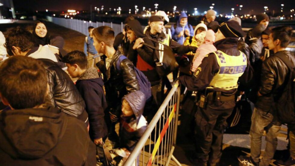 GRENSEKONTROLL: Svensk grensepoliti gjennomfører en kontroll på Öresunds-tiget ved Hyllie stasjon i Malmø sent i høst. FOTO: Krister Hansson / Aftonbladet / IBL Bildbyrå / NTB scanpix