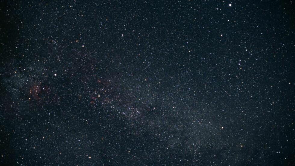 KIC 8462852: Stjerna KIC 8462852 ligger mellom stjernebildene Svanen og Lyren som begge er stjernebilder på den nordlige himmelhvelving. Forskere ved Penn State og Yale utforsker nå muligheten for at det er konstruksjoner laget av en intelligent sivilisasjon som går i bane rundt stjerna. Foto: NTB Scanpix