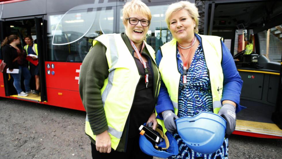 VENTER TØFFE TAK: Da statsminister Erna Solberg (H) og Venstre-leder Trine Skei Grande tok hydrogenbuss til Løren sammen i høst, var det kun smil å se. Nå skal regjeringspartiene sette seg ned med samarbeidspartiene for å forhandle om et grønt skatteskifte. Flere vanskelige saker kan gjøre at smilene forsvinner. Foto: Vidar Ruud / NTB scanpix