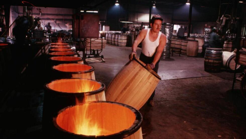 KJENNETEGN: Det er de nye, brente eikefatene som gir bourbon den søtlige og røkte smaken som kjennetegner brennevinet. Bildet er fra en tønneprodusent i Lebanon, Kentucky, USA. Foto: Philip Gould / Corbis / NTB Scanpix