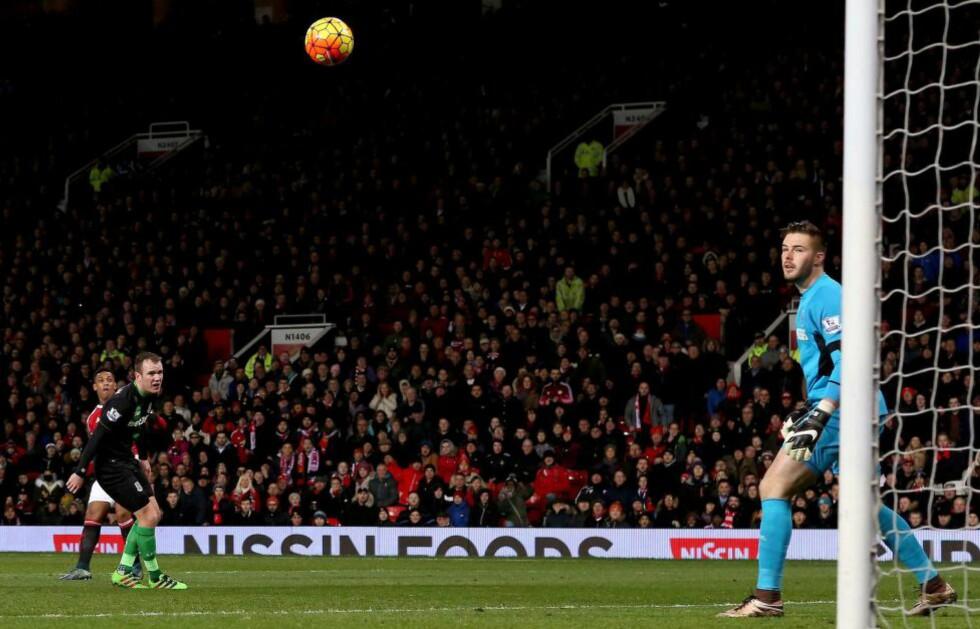GAMMELT MERKE: Manchester Uniteds Anthony Martial avslutter et drømmeangrep med å plassere ballen i vinkelen. Foto:  EPA/Nigel Roddis/NTB Scanpix