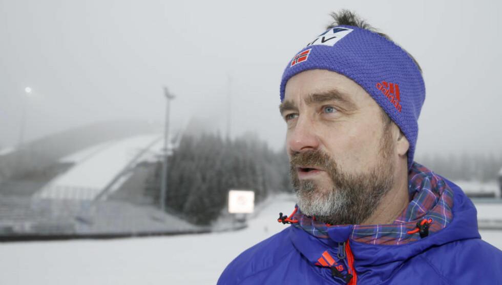 SPORTSSJEF:  Clas Brede Bråthen, her fotografert med Holmenkollbakken i bakgrunnen. Foto: Terje Pedersen / NTB Scanpix