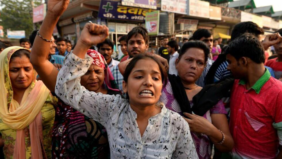DEMONSTRERTE: Flere protesterte foran ett av de to barnas hus i New Dehli, India. Foto: AFP PHOTO / Chandan KHANNA