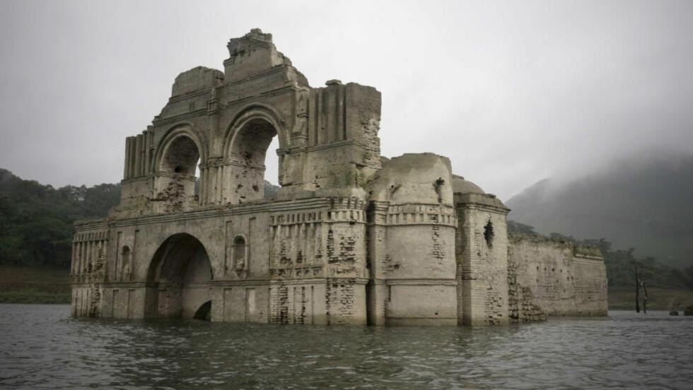 400 ÅR GAMMEL: Kirka Temple of Santiago ble bygget på 1600-tallet. Siden 1966 har den ligget under vann, men for første gang på 13 år kan man igjen oppleve kirkeruinene på nært hold. Foto: AP Photo/David von Blohn
