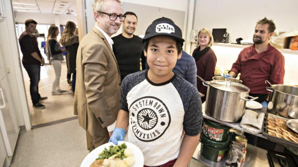 VARM LUNSJ:  På hovedgården skole i Asker får elevene servert varm lunsj hver dag. Albert Methi hjelper til å servere. Foto: Hans Arne Vedlog