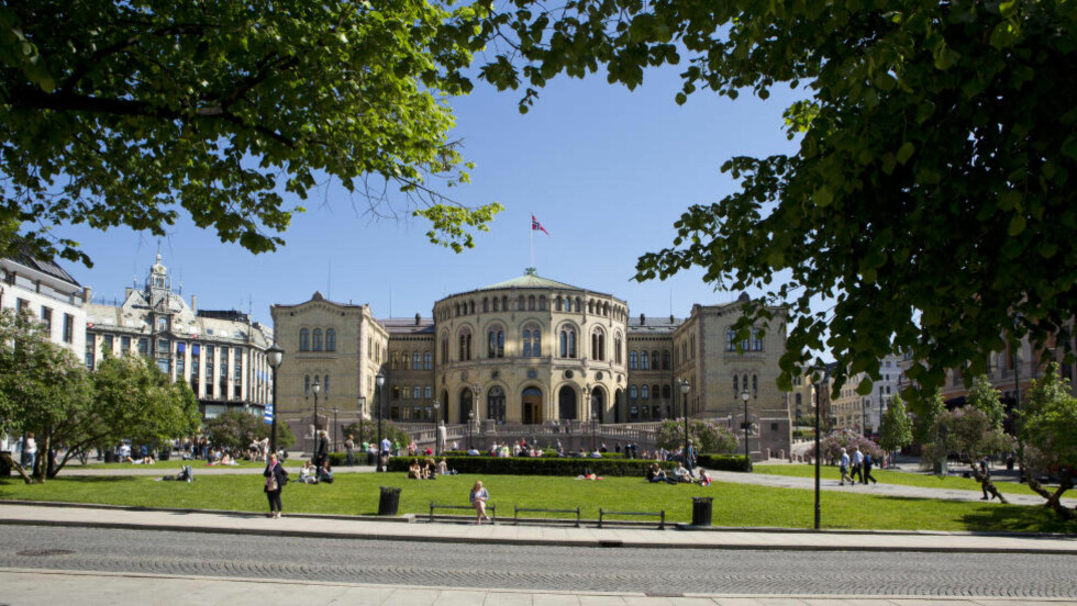 TRENGER IKKE HIT: Jusprofessor Hans Fredrik Marthinussen, mener politikerne i Oslo ikke trenger å få tillatelse herfra for å innføre bilfritt sentrum. Flere av gatene rundt Stortinget er i dag trafikkert, men ligger innenfor området der det foreslås å forby privatbilisme. Foto: Espen Bralie / Samfoto