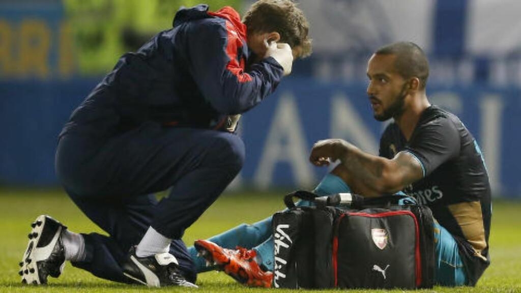 UT: Etter bare ti minutter på banen som innbytter for Oxlade-Chamberlain måtte også Theo Walcott av banen med skade. Foto: Action Images / Reuters / Lee Smith / NTB Scanpix