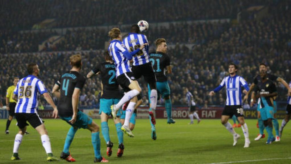 MAJESTETISK: Lucas Joao var overlegen i lufta da han headet inn 2-0-målet for Sheffield Wednesday. Foto: Action Images / Reuters / Jason Cairnduff / NTB Scanpix