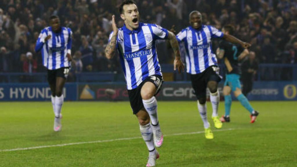 VILL JUBEL: Her feirer Ross Wallace og lagkompisene Sheffield Wednesdays herlige 1-0-scoring etter flott spill. Foto: Action Images / Reuters / Jason Cairnduff / NTB Scanpix