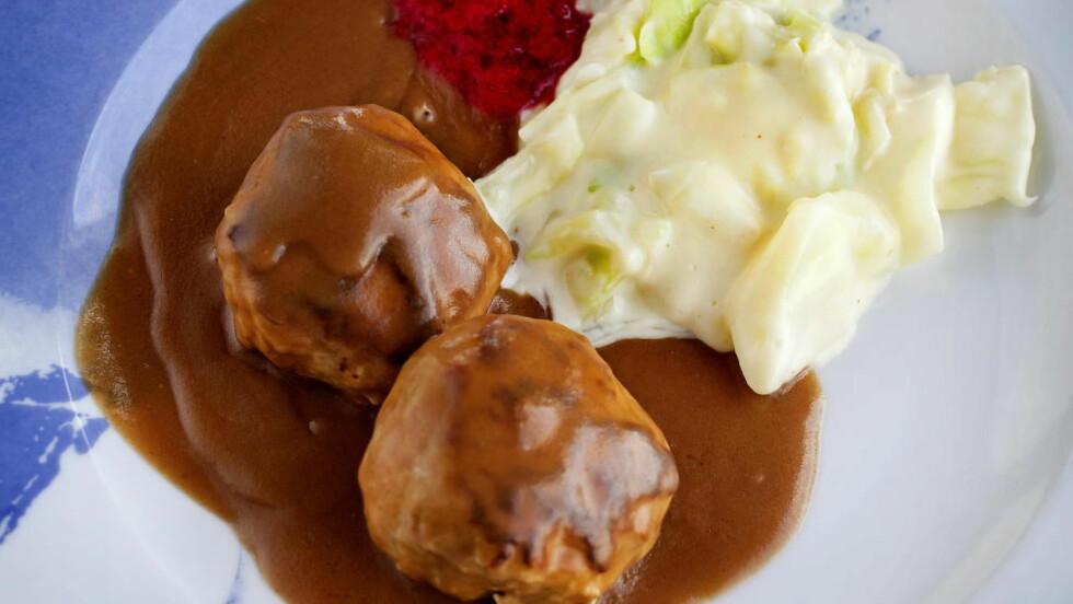 GODE SMAKER:  Kjøttkaker eller medisterkaker, hjemmelaget brun saus, kålstuing og nyrørte tyttebær er en perfekt helgemiddag for hele familien.     Alle foto: METTE MØLLER