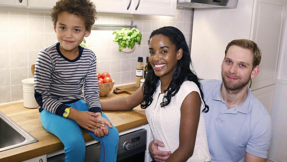 HAR FASTRENTE: Iara Regina Assis-Holm og Andreas Holm har bundet boliglånet sitt for fem år. Her hjemme på kjøkkenet sammen med sønnen Lukas. Foto: Jacques Hvistendahl