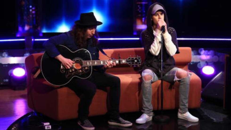 SYNGER: Justin Bieber framfører singelen «What Do You Mean» akustisk på «Senkveld med Thomas og Harald». Foto: TV 2