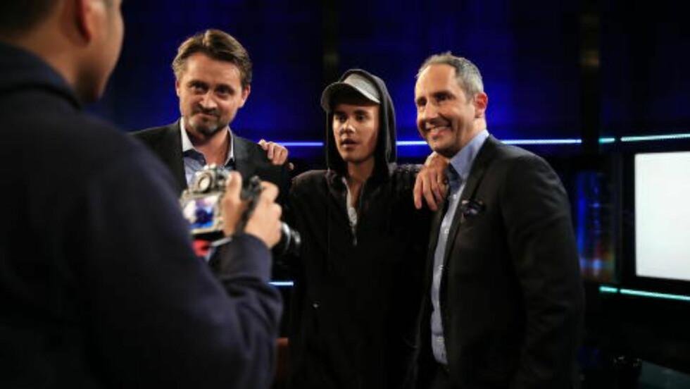 SMIIL: Bieber sammen med programlederne Thomas Numme og Harald Rønneberg. Sistnevnte fikk en aldri så liten «brofist» av Bieber i løpet av sendinga. Foto: TV 2
