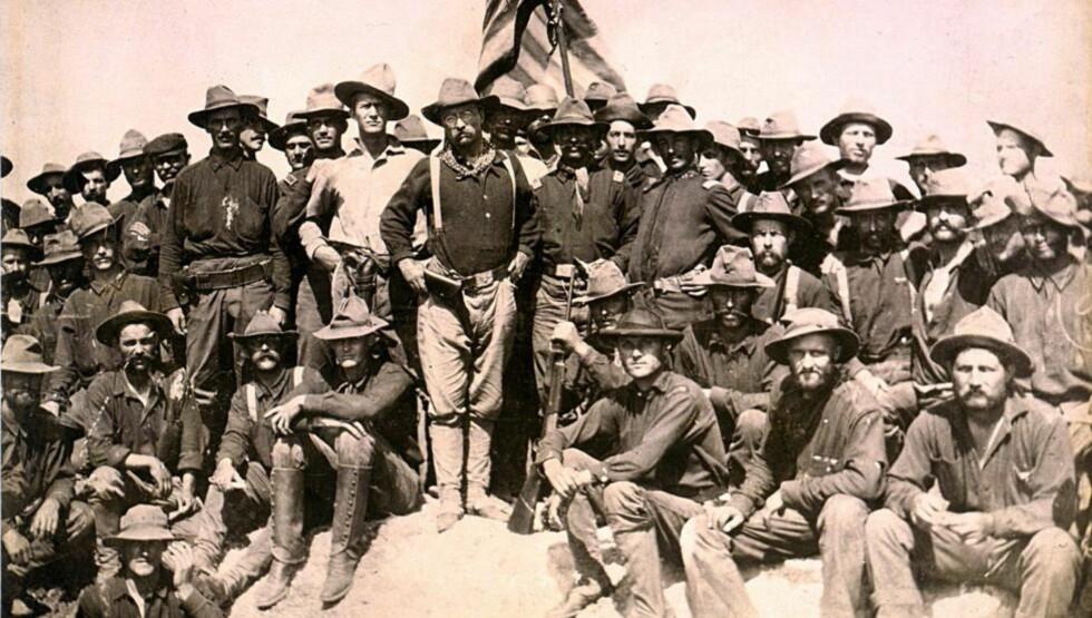 DE FØRSTE: «Rough Riders» var tilnavnet til det første frivillige amerikanske kavaleriregiment under den spansk-amerikanske krigen og de benyttet seg av norske Krag-Jørgensen. Theodore Roosevelt, seinere amerikansk president, var nestkommenderene i regimentet. Bildet er fra 1898, San Juan. FOTO: KONGSBERG VÅPENFABRIKK