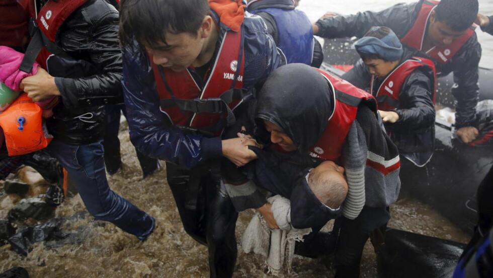 <strong>FLYKTNIGESTRØM:</strong> Afghanske flyktninger kommer i land på den greske øya Lesbos 23. oktober. Men i Europa er man i ferd med å stenge grensene for afghanerne. I det mest generøse flyktning-landet i Europa, Tyskland, vil man nå på et generelt grunnlag retuerene asylsøkere fra Afghanistan. Foto. YANNIS BEHRAKIS / REUTERS / NTB SCANPIX