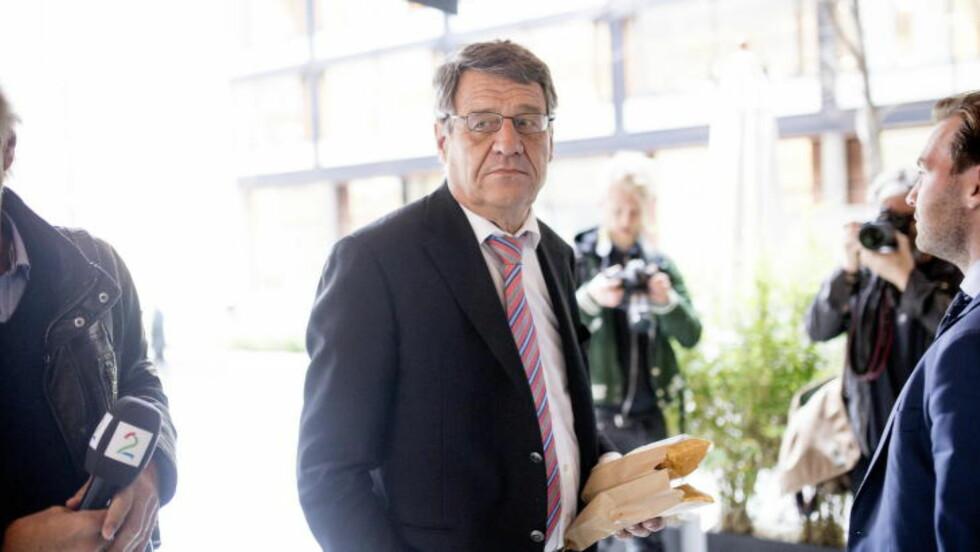 I AVHØR NÅ: Advokat Cato Schiøtz er her på vei inn i Økokrims lokaler. Nå i ettermiddag er hans klient Jo Lunder i avhør etter at han ble pågrepet på Gardermoen i går kveld. Lunder er siktet for korrupsjon.  Foto: Sveinung U. Ystad, Dagbladet