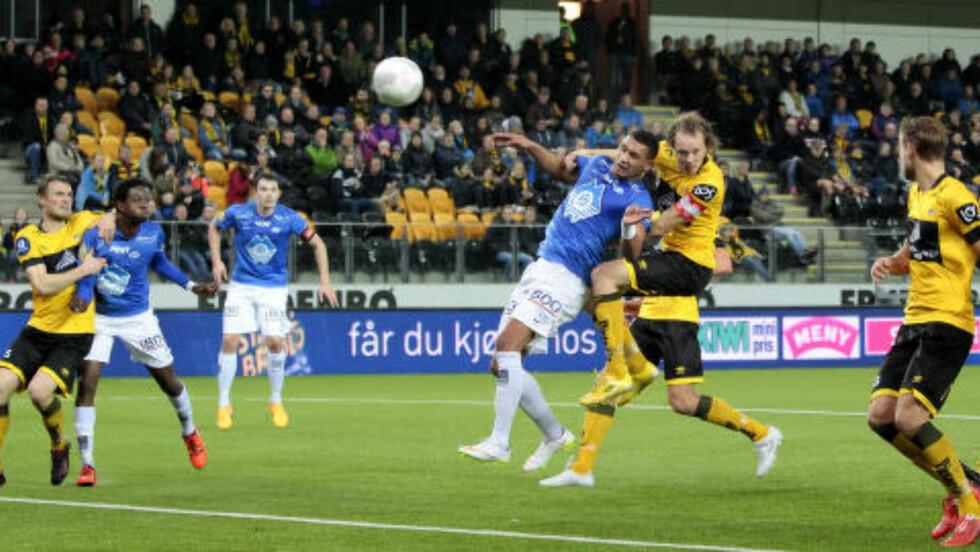 0-2: Ruben Gabrielsen headet inn Moldes andre scoring like før pause.  Foto: Tor Erik Schrøder / NTB scanpix