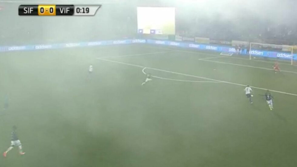 MISS: VIF-forsvaret og Ivan Näsberg serverer ballen til Godsets Marcus Pedersen. Scoringa kom mens tåka fra supporternes fakler fortsatt dekket banen. Skjermdump: C More