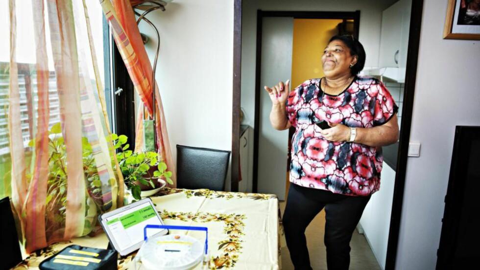 DANSER PÅ KJØKKENET: Julia Aquino har prøvd ut den nye helseteknologien hjemme. Den har gitt henne livsgløden og selvtilliten tilbake igjen. FOTO: NINA HANSEN