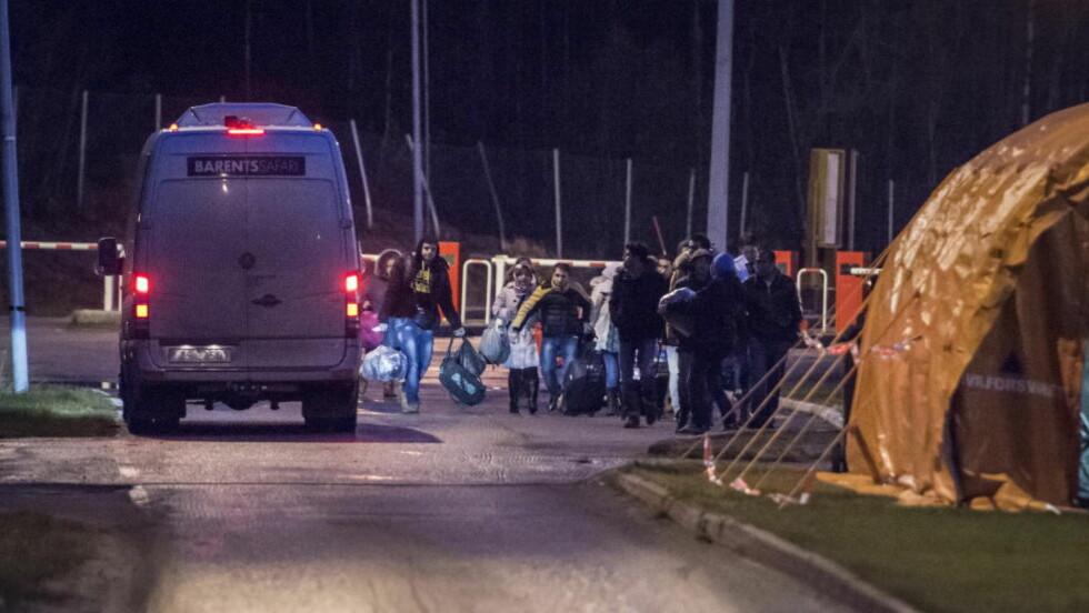 FRYKTER FÆRRE RETTIGHETER:  Flyktninghjelpen er ikke positiv til følgene Høyre og Frp's seineste forslag til innstramninger i asylpolitikken. Her passerer asylsøkere grensa til Norge i forrige måned. Foto: Øistein Norum Monsen / Dagbladet