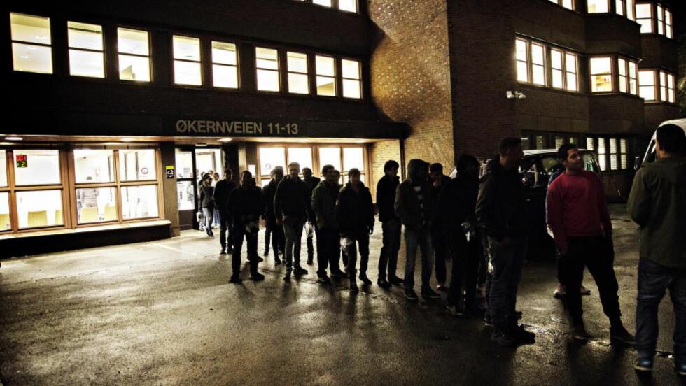 STORT SETT MENN: 77 prosent av asylsøkerne som kommer til Norge er menn. Også blant arbeidsinnvandrere og endlige mindreårige er det stor overvekt av menn. Her flyktninger utenfor Politiets utlendingsenhet på Tøyen i Oslo. Foto: Nina Hansen / Dagbladet