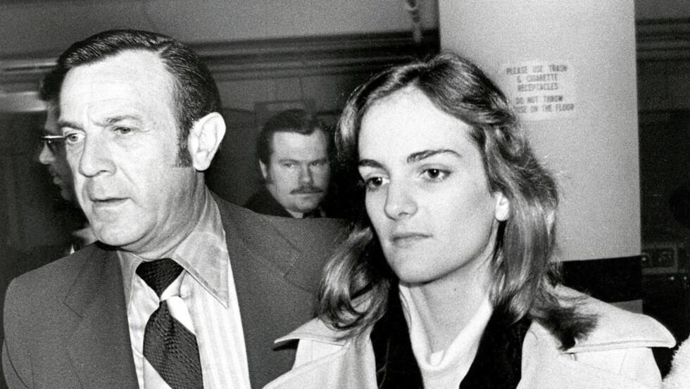 RETTSSAK: Patty Hearst ankommer rettssaken i San Francicso på hennes egen 22-årsdag 20. februar 1976. Under vitnemålet påberopte hun seg det femte   grunnlovstillegget 19 ganger. Tillegget gir personer en konstitusjonell rett til ikke å si   noe som kan brukes mot dem selv i retten. Foto: AP/NTB SCANPIX