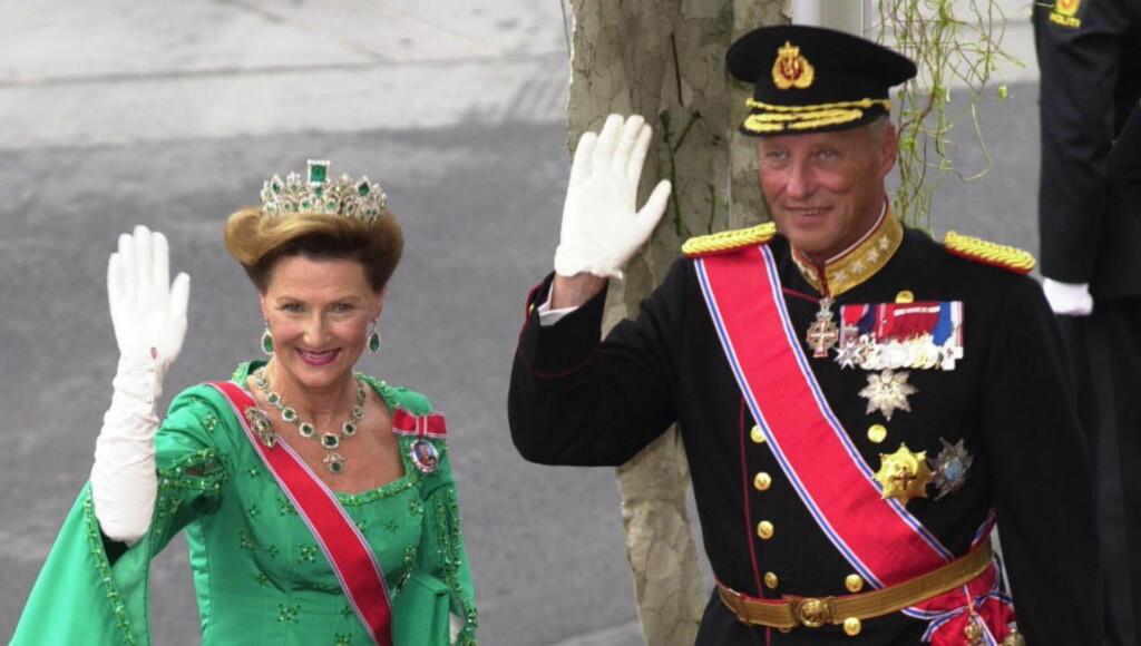 JUBILEUMSBOK:  Kongeparet har fått jubileumsbok. Her fra Kronprins Haakon og Kronprinsesse Mette-Marits bryllup i 2001. Kong Harald og Dronning Sonja  Foto: ROBERT S EIK