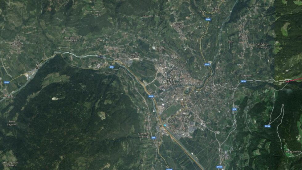 ITALIENSK ALPELANDSBY:  En av de mest sentrale medlemmene i det italienske nettverket hadde ifølge italiensk politi en leilighet i den italienske alpebyen Merano, som de kaller «et sted for hemmelige møter og et møtepunkt for aspirerende jihadister». Sju personer ble i dag pågrepet her. Merano er et av flere steder Trentino-Syd-Tirol hvor politiet i dag aksjonerte. Foto: Google Earth