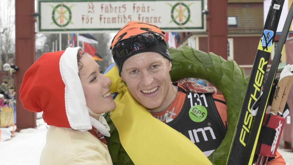 DEN UBESTRIDTE ENEREN: Petter Eliassen vant stort sett alt i langløpssirkuset i fjor. Her er han med den legendariske kransen fra Vasaloppet.  Foto: Ulf Palm / TT / NTB Scanpix