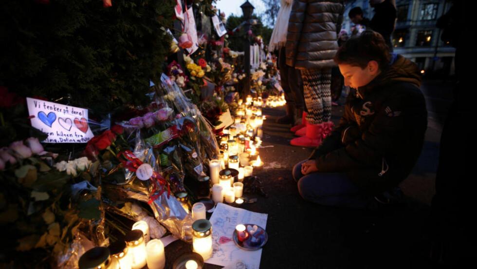 ETTERTANKE: Under terrroangrepene i Paris var sosiale medier som Twitter en viktig kanal for mange. Senere fikk sorgen andre uttrykk, som her utenfor den franske ambasaden i Oslo. Foto: Vidar Ruud/NTB Scanpix