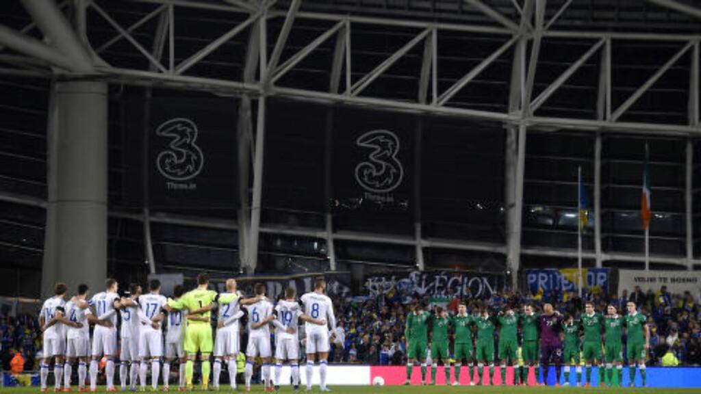 MARKERING: Irland- og Bosnia-spillerne markerte terrorofrene fra Paris med ett minutts stillhet. Men på tribunen var det ikke stille. Foto: NTB Scanpix