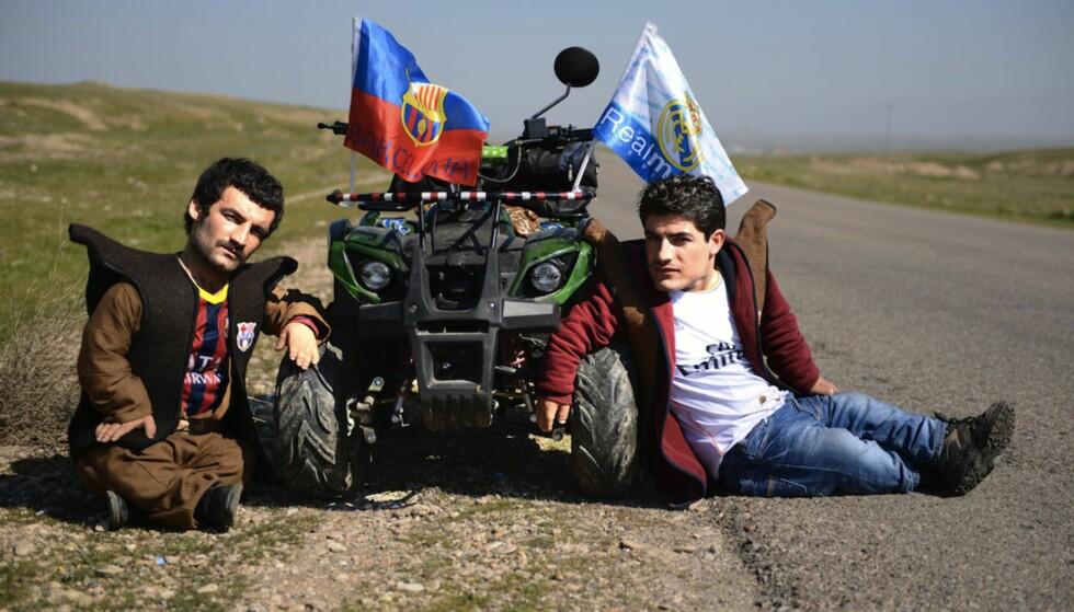 FINALEFILM: Brødrene Shirwan (Dana Ahmed) og Alan (Wrya Ahmed) lever i en kurdisk småby i Irak og har aldri vært utenfor landets grenser for de legger ut på tur i filmen El Clasico. Foto: Filmweb