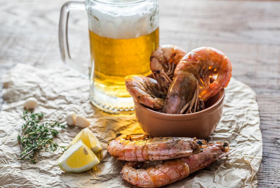 ANBEFALT: Vi har spurt flere norske bryggerier hva slags øl du bør drikke til sjømat. Flere hadde øl de mente passet utmerket til blant annet skalldyr som reker og krabber. Foto: SHUTTERSTOCK / NTB SCANPIX