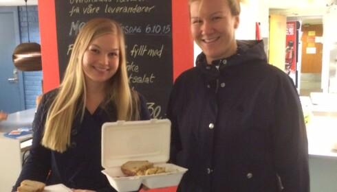 UNGE OG BEVISSTE: Stadig flere er villige til å kjøpe overskuddsmat. På Blindern finner du en hel restaurant med bare overskuddsmat. Å kjøpe lunsj laget av overskuddsmat føles godt, sa Merete Karlsen (27) , t., og Anne Lise Gjøs (27) da Dagbladet møtte dem i fjor høst. Foto: TINE FALTIN