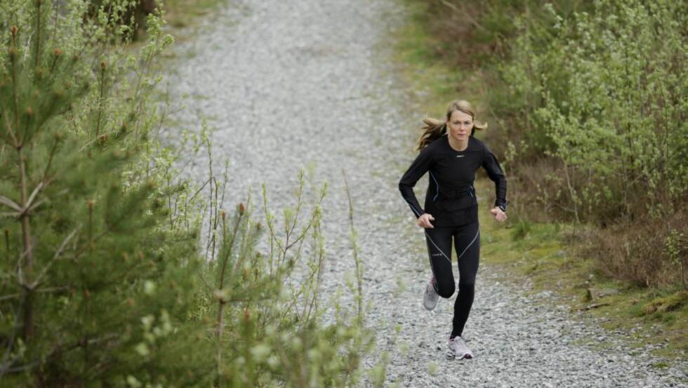EFFEKTIVT: Tidligere norgesmester Kirsten Marathon Melkevik gir deg favorittøvelsene sine i denne utgaven av Treningsskolen. Her løper hun en motbakke på skogsti. Foto: Paul Sigve Amundsen / Samfoto / NTB SCANPIX