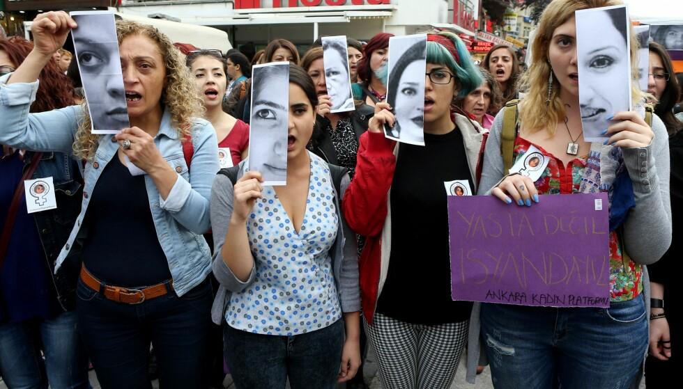 PROTESTERTE: I fjor protesterte titusenvis av kvinner i Tyrkiske gater, etter at 20-årige Özgecan ble drept i Sør-Tyrkia, etter at hun forsøkte å motsette seg det som angivelig var et voldtektsforsøk. Foto: Afp / Adem Altan