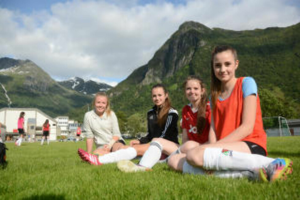 VIL SPILLE FOTBALL: F.h.: Mathea Bondhus (14), Lena Sandvik Ulvesæter (14), Adele Bauge (14) og Emilie Bringedal (13). Jentene deltar på Norway Cup for første gang.