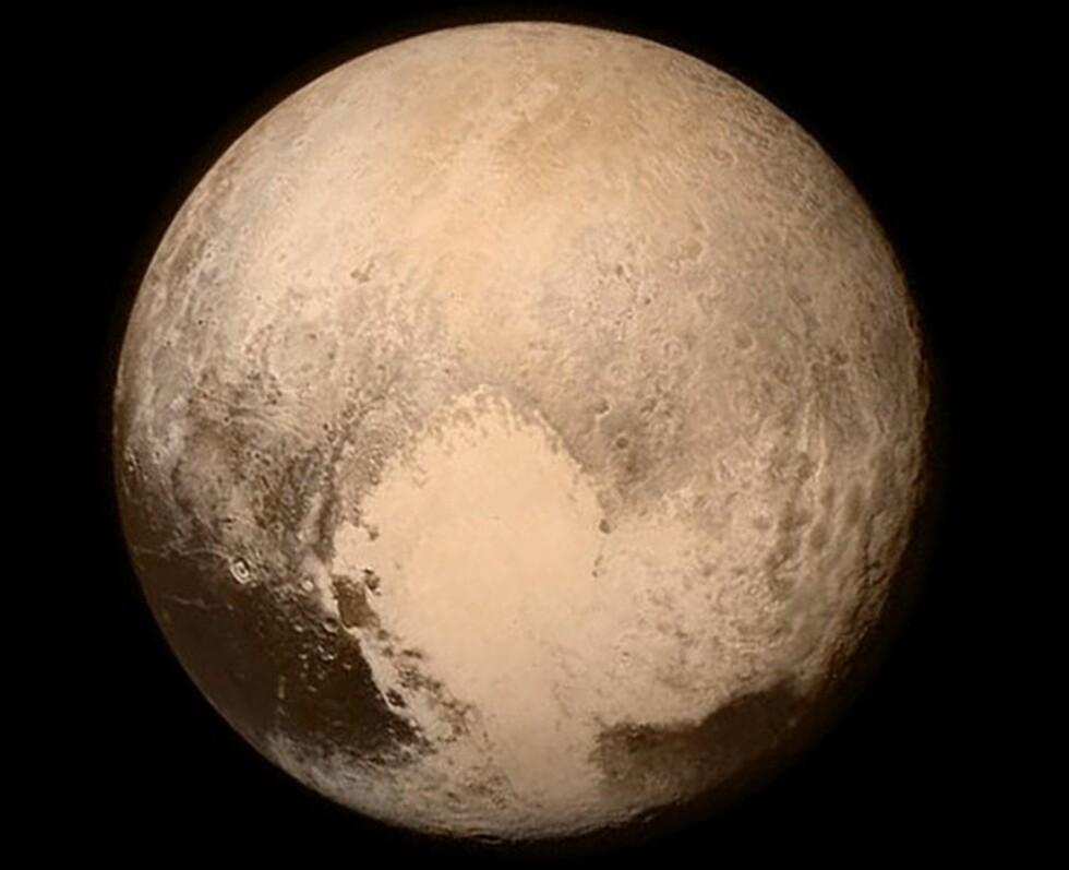 SPEKTAKULÆRT NÆRT: Dette bildet publiserte NASA på sin Instagram-konto. Her kan man se Plutos hjerte på nært hold  Foto: AFP / NASA / NTB Scanpix AFP