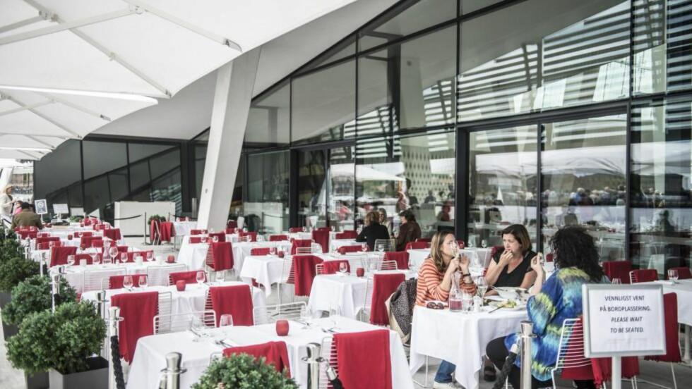 MYE BRA: Sanguine restaurant på Operaen gir deg følelsen av å være på båt, uten å være det. Her kan du nyte god mat og vakker utsikt,men litt skjær i sjøen blir det når servitøren verken kjenner maten på menyen eller sevrerer vinen til riktig rett. Foto: Thomas Rasmus Skaug / Dagbladet