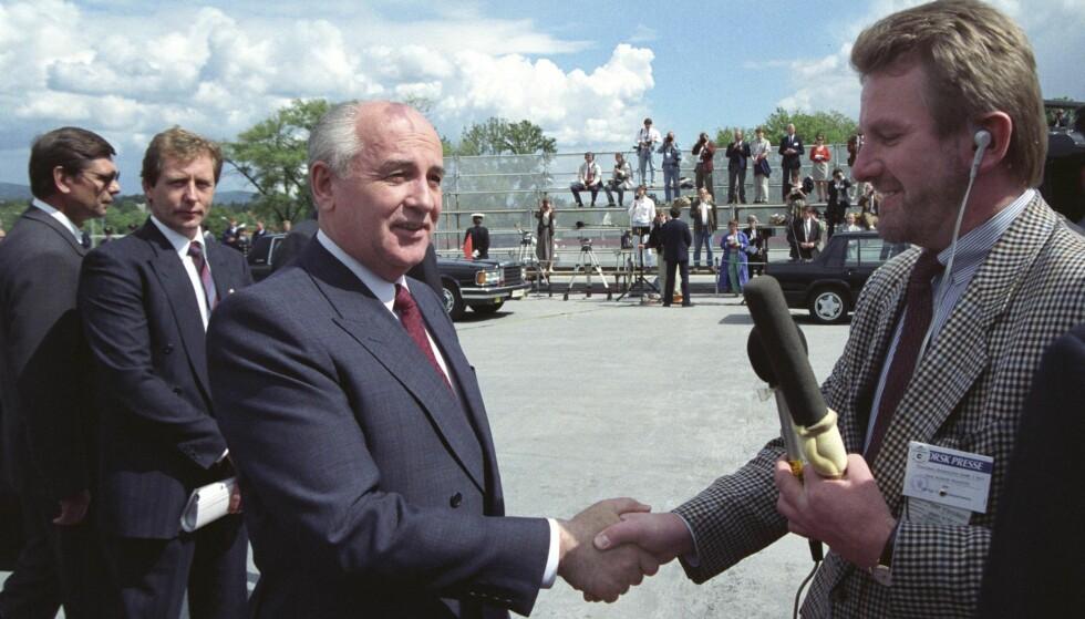 I NORGE: På Fornebu 6. juni 1991 blir Mikhail Gorbatsjov konfrontert av Hans-Wilhelm Steinfeld med at sovjetiske tanks kvelden før nok en gang hadde omringet parlamentet i Vilnius. Foto: Terje Bendiksby / NTB Scanpix