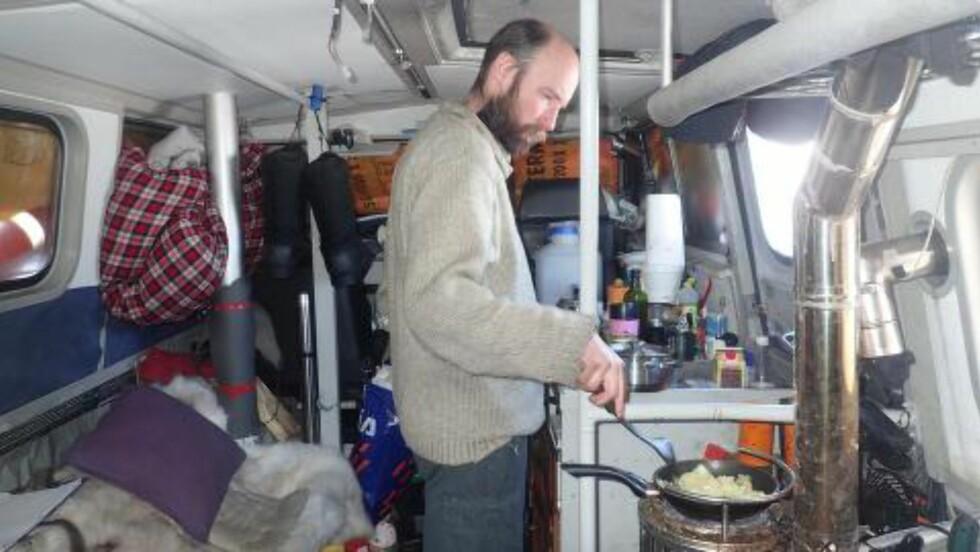 OM BORD: Audun lager middag om bord i «Sabvabaa». Foto: Ynge Kristoffersen.