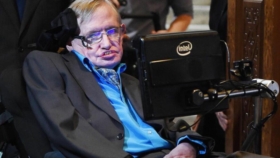 HISTORISK PROSJEKT: Her ankommer den britiske astrofysikeren Stephen Hawking mandagens pressekonferanse, hvor han og den russiske milliardæren Yuri Milner annonserte sitt nye forskningsprosjekt med en prislapp på over 800 millioner kroner. Foto: Andy Rain / EPA / NTB Scanpix